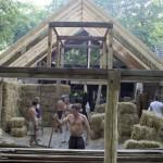 Gradi kuće od slame, blata i koštica iz voća